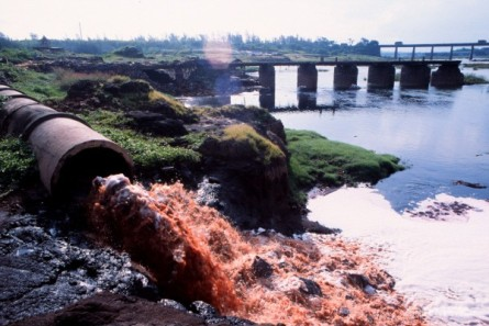 Effluent pipe of Common Effluent Treatmant Plant at Damanganga river in Vapi,Gujarat,India Accession #: 0.99.525.001.15